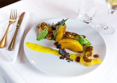 Escalopes de foie gras poêlées, ananas, vinaigrette passion-mangue