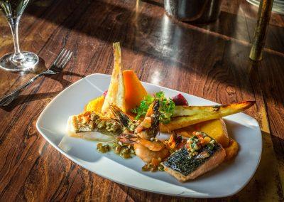 Plancha de poissons, crémeux de carotte, légumes anciens, jus de coques