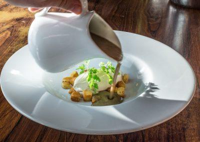 Velouté de butternut, éclats de nougatine, et crème fouetté fines herbes